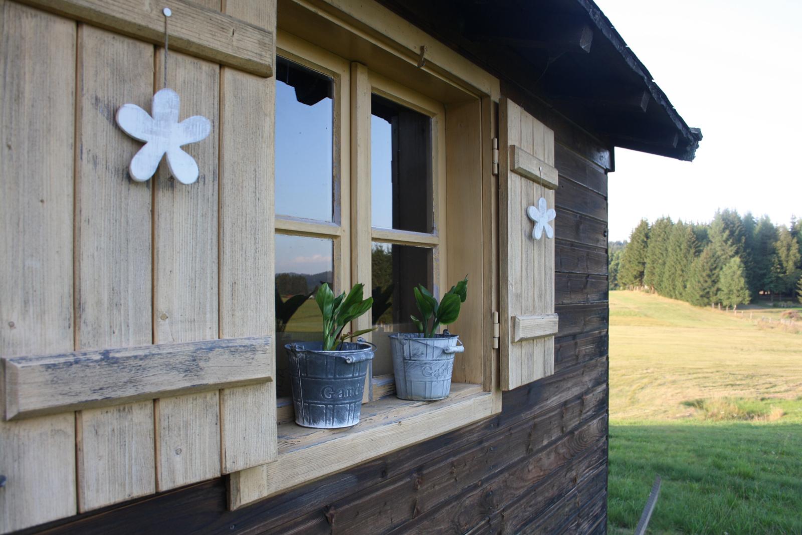 Die Außenanlage von Haus Anny mit großem Garten und Grillmöglichkeiten