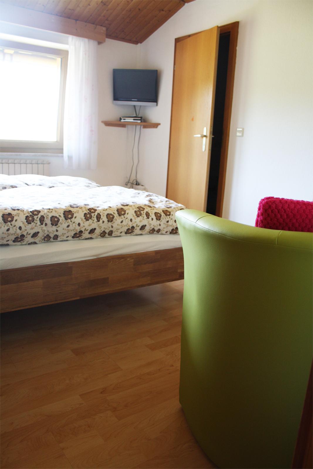 Gemütliche Sitzecke mit TV und eigenem Badezimmer in der Unterkunft Haus Anny