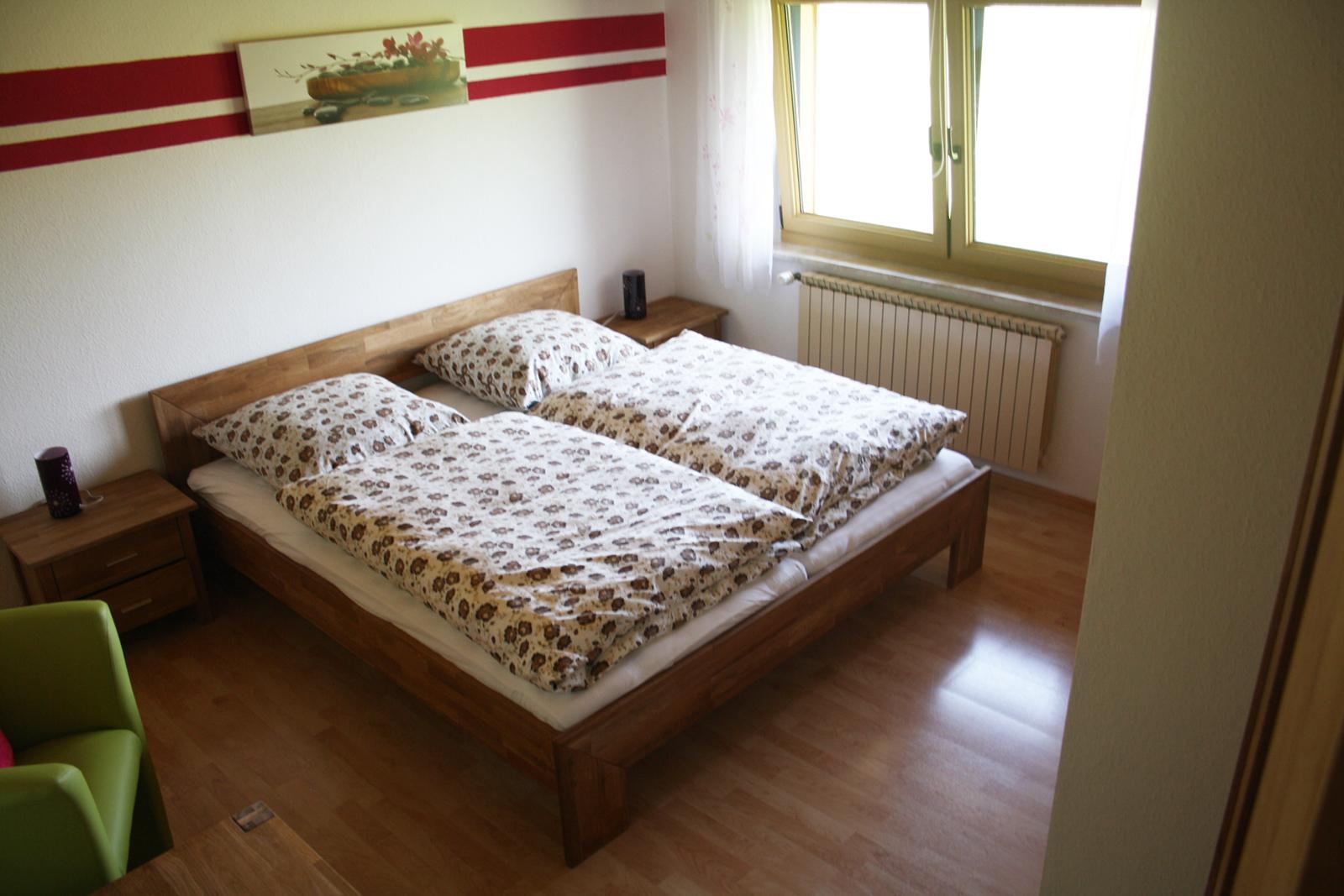 Doppelbettzimmer im Haus Anny neu gestaltet mit Blick auf den Wald in ruhiger Lage