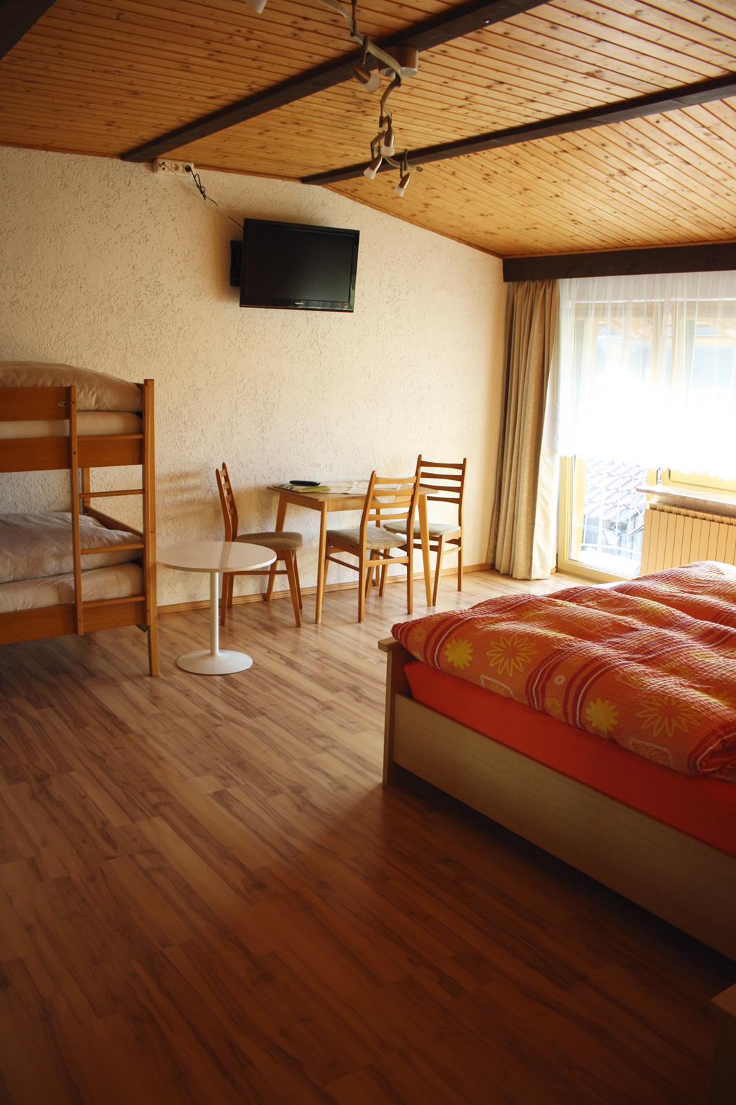 Ferien-Zimmer mit Sitzecke und TV ausgestattet Haus Anny Freyung-Grafenau