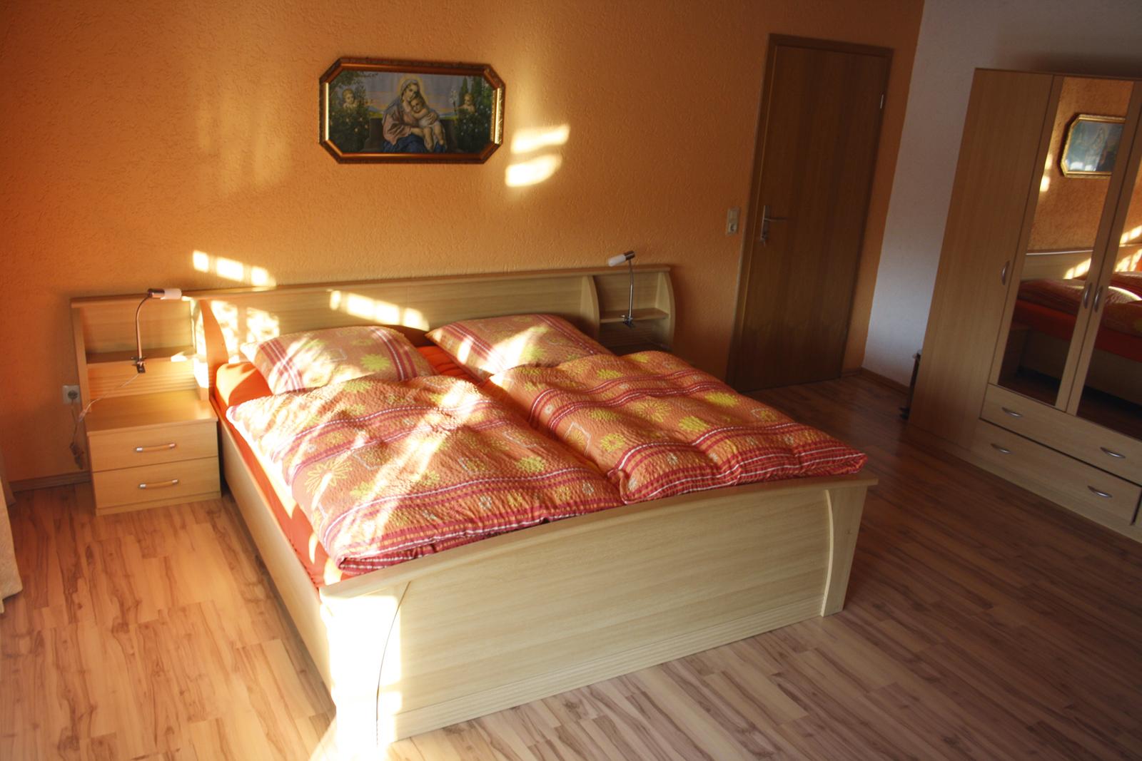 Zimmer 1 für 4 Personen mit Doppel-Stock-Bett und Badezimmer